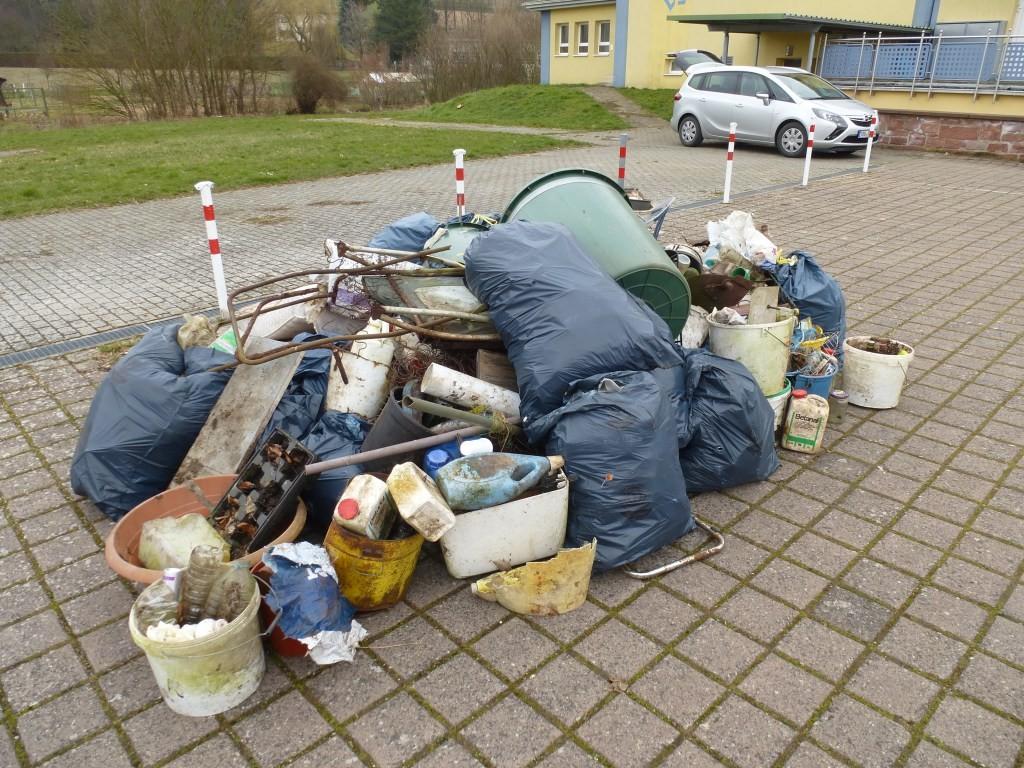 """Gesammelter Müll von der """"Aktion saubere Landschaft"""" 2016"""