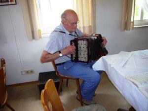 Walter Baumann - beim Seniorennachmittag mit seiner Harmonika